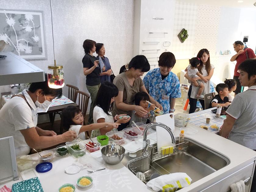 キッチンを実際使って、親子でピザづくり! リフォーム後を楽しく体験できた半田店リニューアルイベント♪