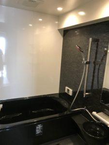リノビオVは標準仕様で人大浴槽が選べるので、 デザイン性でもご好評をいただいています!  また、機能面でも浴槽に断熱材が入っており あったかい湯が冷めにくくなっています。  GGはマンションにお住まいの方でタンクレスを ご希望されている方にオススメです。  見た目はタンクレスとほとんど変わらないため、空間を広く感じられますよ!