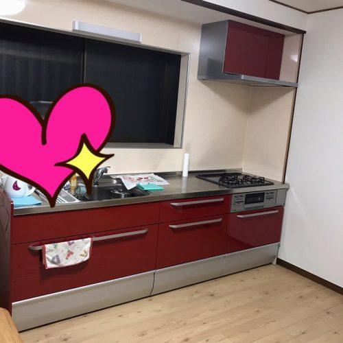 扉の色が赤で、キッチンパネルがベージュのもので さらに壁クロスも全部白にして よりキッチン扉の赤色を目立たせてアクセントになり とてもおしゃれになりました。