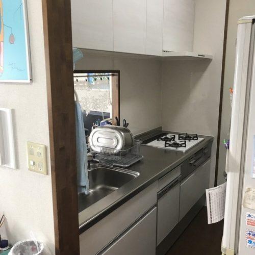 色は白でキッチンスペース全体がとてもあかるくなり、 とてもおしゃれです。